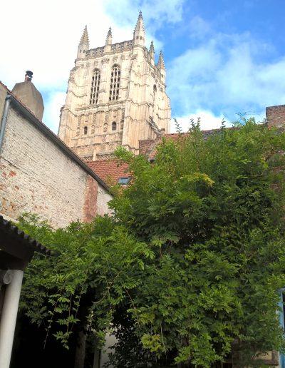Dans la cour, vue sur le clocher de la collégiale